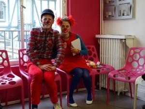 Des clowns patients - Clowns dans les salles d'attente de centres médicaux pour désamorcer les situations de stress pour le personnel et les usagers